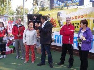 Présentation du projet de jumelage par Monsieur le maire lors d'une manifestation sportive à Velvary.